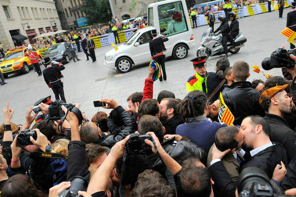 gay protesters give pope the kiss off 2522 1289152635 30 Gay Kisses for the Pope in Barcelona